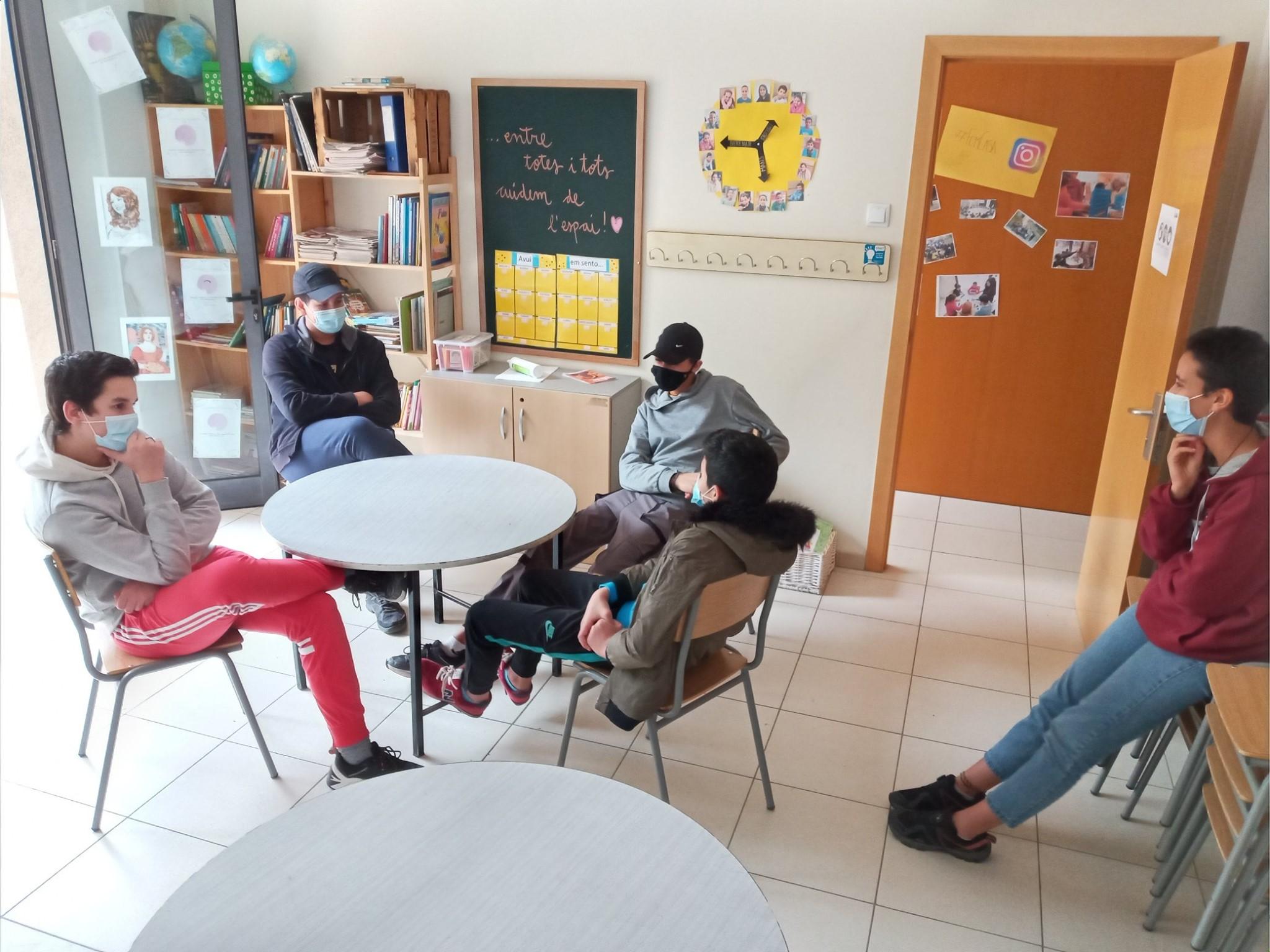 Joves a l'Escola de la Pau